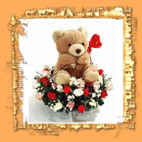 Presente especial com ursinho e cesta de flores
