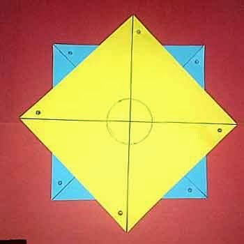 tumpuk dengan menyatukan 2 lingkaran dan berikan lem jika sudah pas