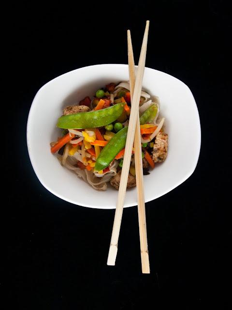 makaron ryżowy kurczak warzywa