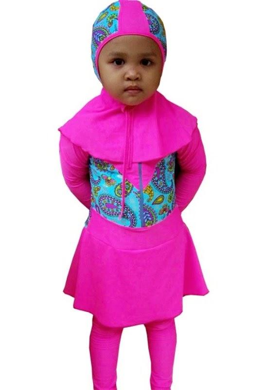Anak perempuan cantik pakai baju renang warna pin lucu banget