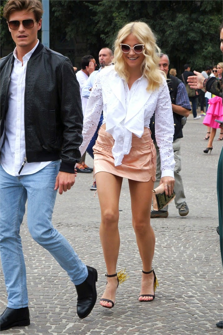 Pixie Lott showed off her tonned legs in a salmon mini skirt photo 1