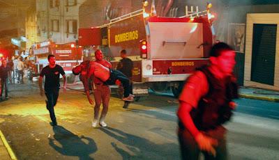 hombre cargando herido en incendio en discoteca de brasil