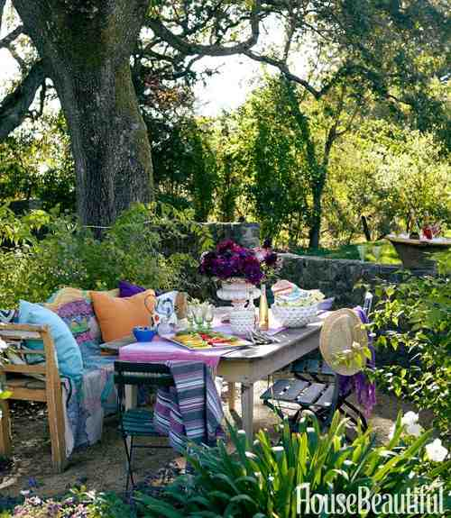 Klimatyczna aranżacja stołu w ogrodzie, drewniane meble ogrodowe, drewniana ławka ogrodowa, jak nakryć stół  w ogrodzie