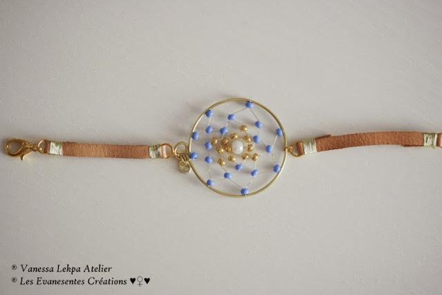 bijoux dreamcatcher amérindien contemporain, bracelet attrape rêves avec des perles or et bleu , bijoux de protection vanessa lekpa