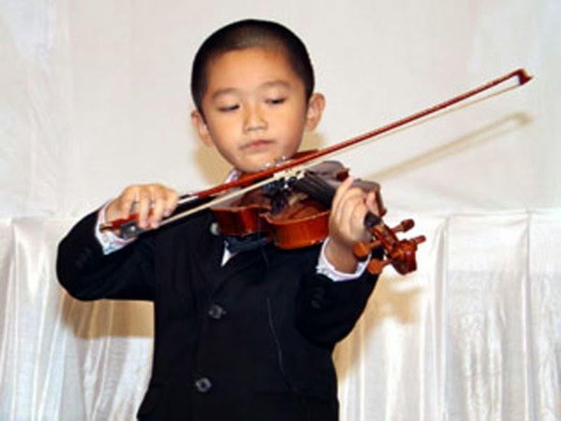 Foto keren anak laki-laki main biola