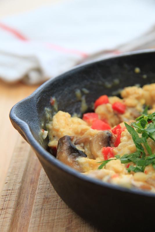 Jajecznica z papryką i pieczarkami na ostro