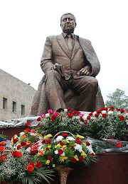 Памятник Расулу Гамзатову в Махачкале