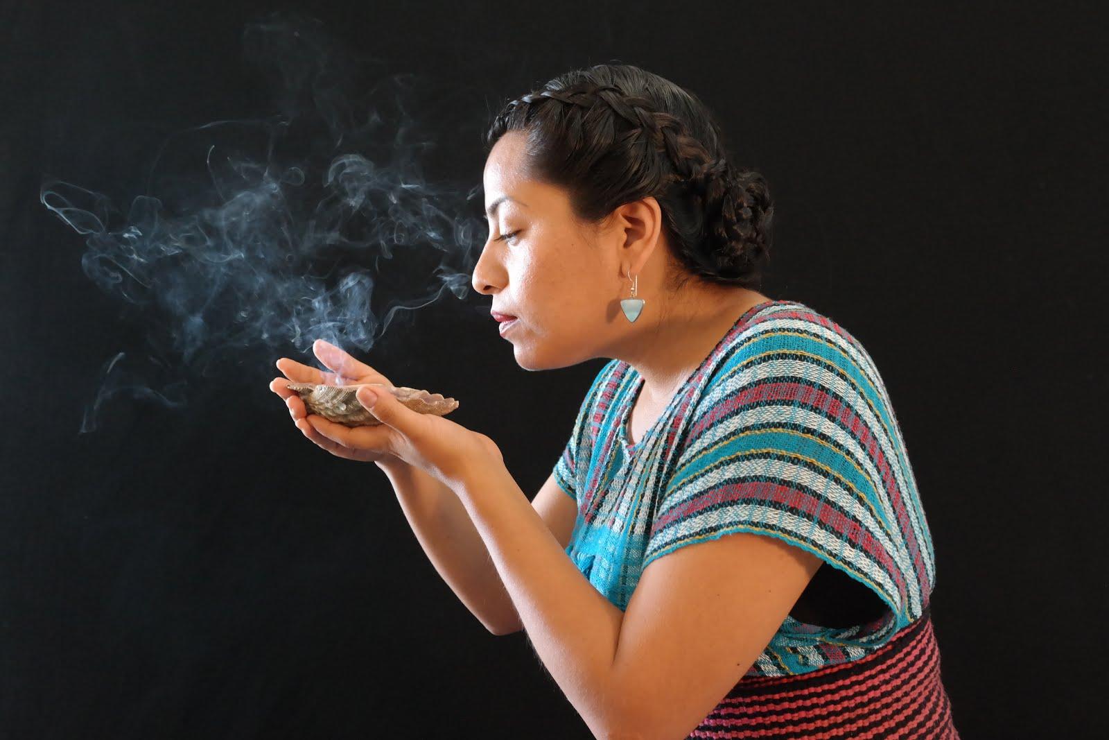 Terapeuta tradicional enfocada al uso de la Herbolaria, cuarzos y energía