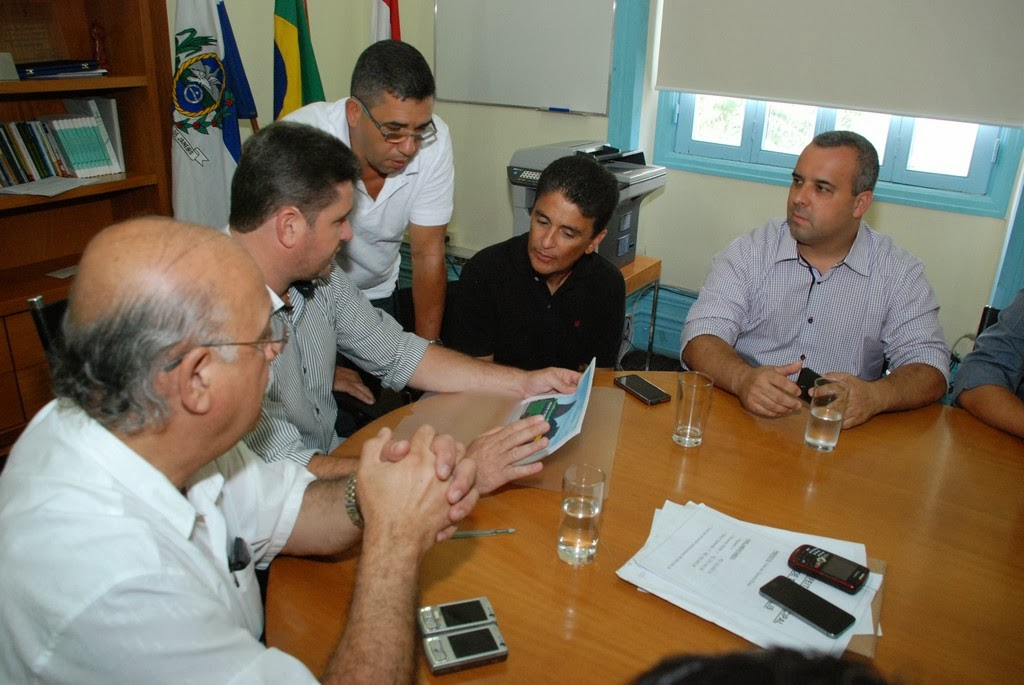 Prefeito Arlei e o secretário de Esportes e Lazer, Luiz Carlos Oliveira, observam o projeto apresentado pelo deputado Bebeto