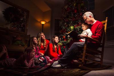 Postal especial para personalizar de familia unida junto al arbolito de Navidad