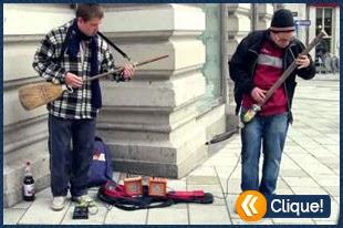 Artista de rua faz show ao tocar com uma vassoura e uma pá