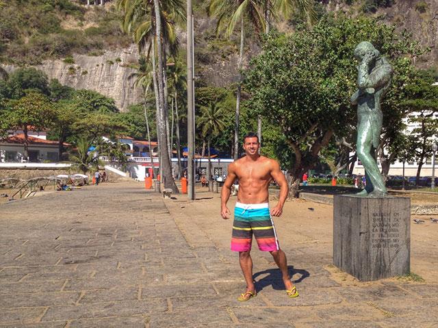Atleta Men's Physique Breno Neves na Praia Vermelha, na Urca (RJ). Foto: Arquivo pessoal