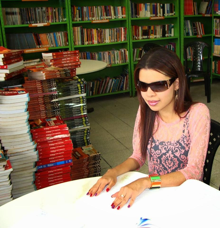 """""""Ser deficiente visual nunca foi obstáculo para mim. Quando passei a ser tratada normalmente na escola, me senti mais a vontade e confiante. Claro que a dedicação é fundamental. Quando você quer você consegue"""", revelou Saray Beatriz, estudante deficiente visual."""
