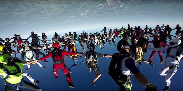 Der Weltrekord im Gruppen Skydive - 164 Personen rasen zusammen dem Erdboden entgegen. Atomlabor Blog Video