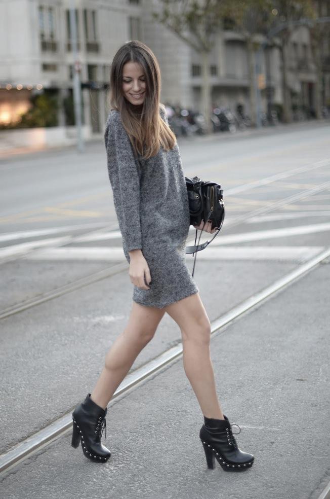 Vestido gris botas negras