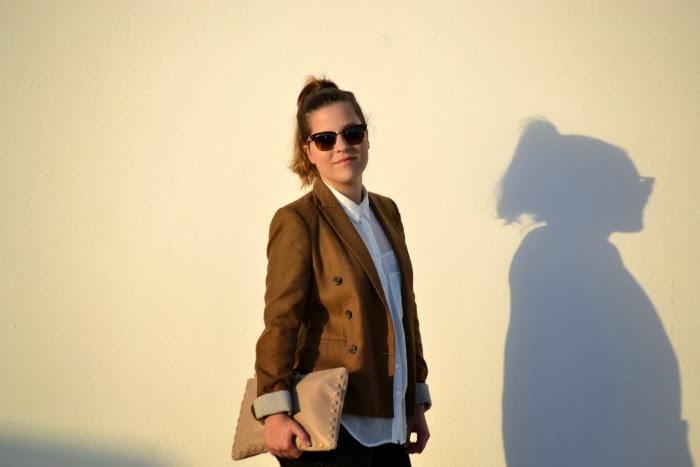 look_outfit_blazer_marrón_camisa_blanca_bailarinas_joya_nudelolablog_03