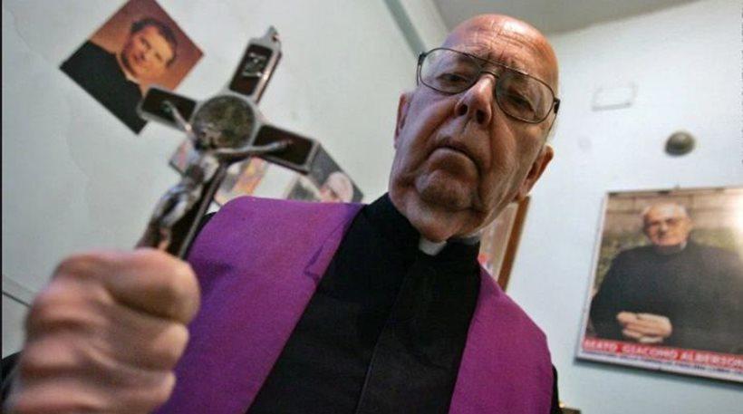 Πέθανε ο πιο διάσημος εξορκιστής του Βατικανού - Τα είχε «βάλει» με... 70.000 δαίμονες