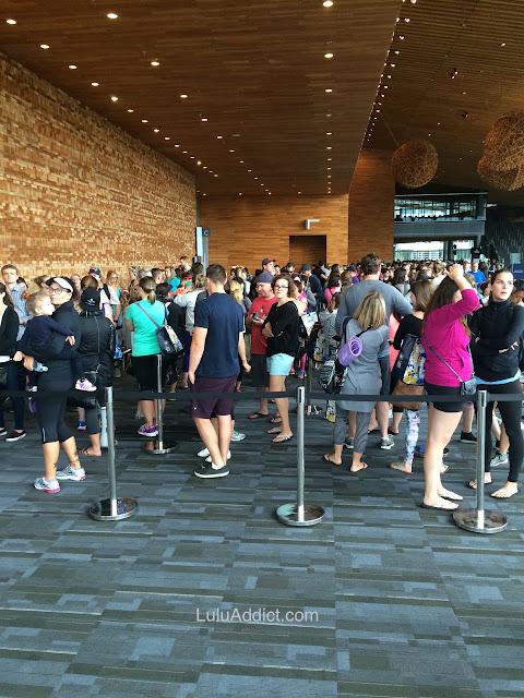 lululemon-sea-wheeze-half-marathon-race-2015 expo floor packet-pickup