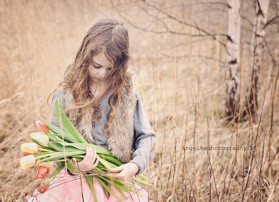 plener wiosenny warszawa, sesja dziecieca warszawa, sesja komunijna warszawa, fotografia dziecieca warszawa, sesja dla dziecka warszawa, wiosna,angelka, angelika kroszko,tulipany, wiosna, pole,wiatr we włosach, sesja wiosenna warszawa, tulipany, pole
