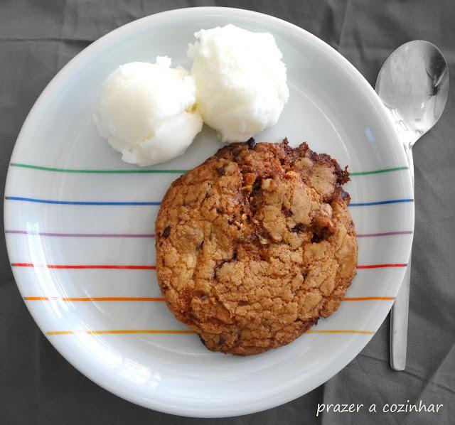 prazer a cozinhar - Cookie gigante com pepitas de chocolate e torrão