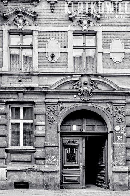 Inowrocław Hohensalza. Pozostałość po tramwajach w postaci zachowanych rozetek na kamienicach..