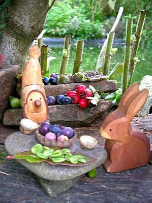 Waldorfkindergarten, In der Natur spielen, Zwergenstübchen, Zwergenhaus, Kindergarten im Herbst, Jahreszeitentisch im Herbst,