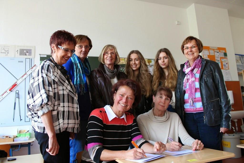 Die Ehrenamtlichen um Daniela Gräf (sitzend, l.) unterstützen die Schüler der Grundschule Brinkum
