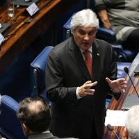 Senado decide que um Delcídio corrupto confesso deve ficar preso. PT abandona o companheiro em nota oficial.