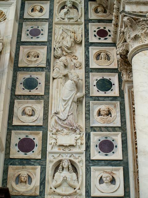 Marmoles de colores y esculturas en la fachada de la Cartuja de Pavia