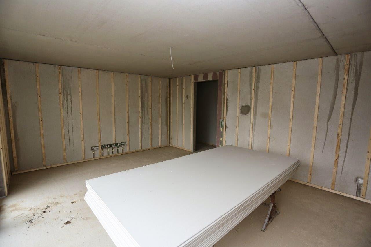 In den restlichen funktionsräumen wird der beton lediglich gestrichen sieht schon irgendwie interessant aus sozusagen zebralook im