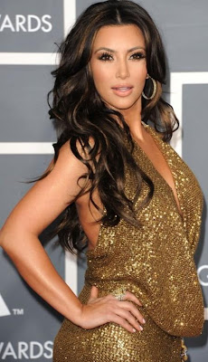 Kim Kardashian con vestido dorado y cabello suelto