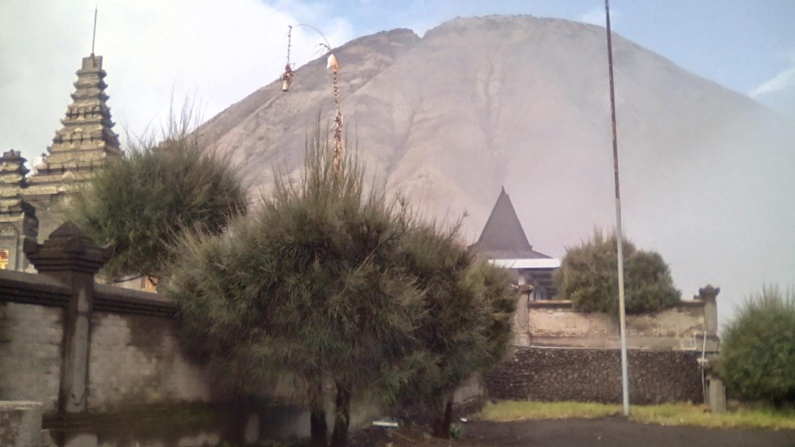 Pura Poten Bromo dengan latar belakang Gunung Batok