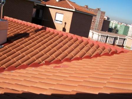 Reformas de tejados a dos aguas y tejado a cuatro aguas en for Tejado de madera madrid