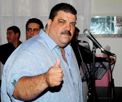 Maelo Ruiz saludando con la mano