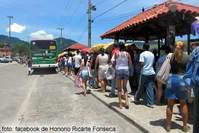 Fila do ônibus para o Frade