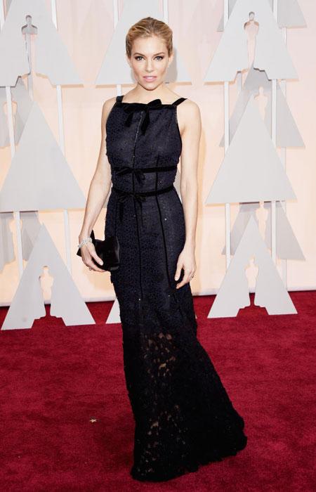 Сиена Милър в черна рокля от дантела с панделки на Оскари 2015