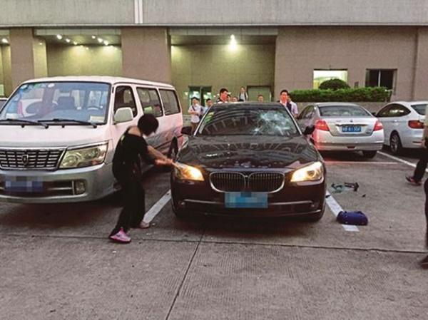 KECOH Wanita Mengamuk Pecahkan Kereta BMW, Apa Kes?