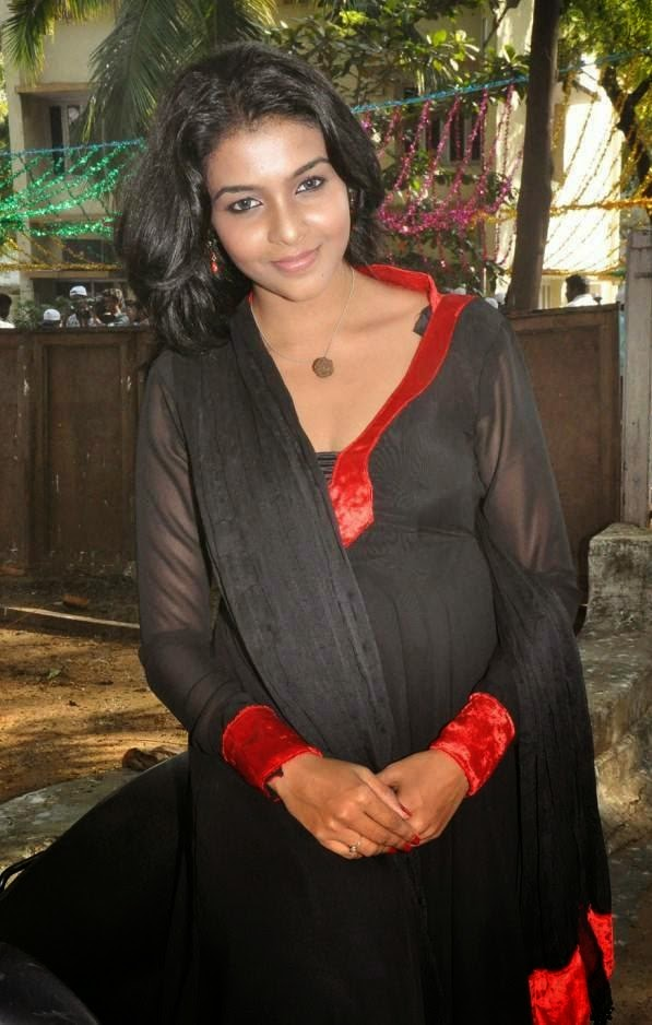 Tamil Actress Saranya nag hot stills