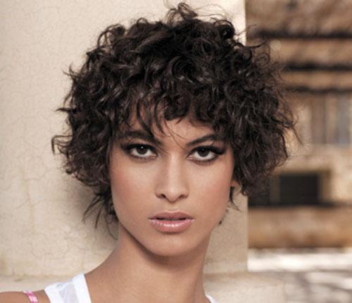 Modele coiffure cheveux frises courts