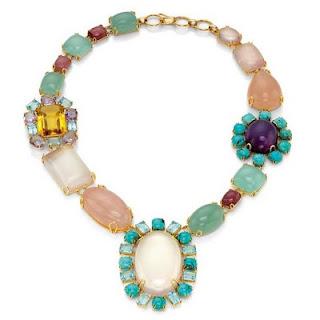 7b95117e11d3 Una barroquísima gargantilla multicolor en piedras semipreciosas