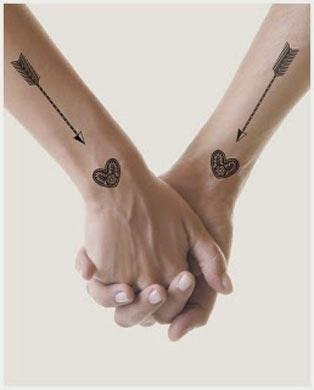Tatuagem de casal com coração no pulso