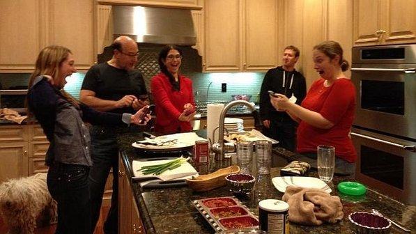familia mark zuckerberg testando aplicativo facebook poke