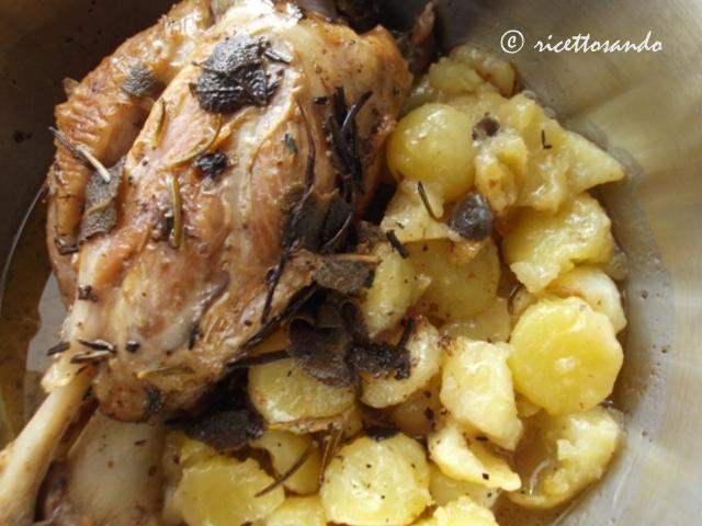 Stinco di maiale al forno con patate ricetta piatto di carne suina