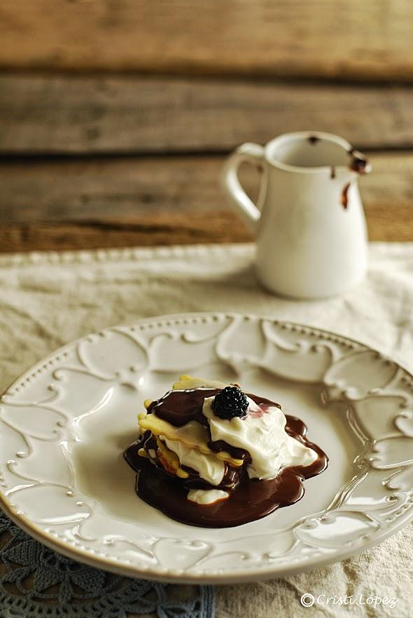 Raviolis de mermelada de moras con salsa de queso y chocolate