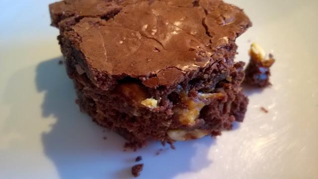 Brownies noix de pécan, noisettes, pépites de chocolat blanc et noir