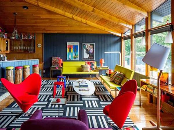 Mocny kolor w mieszkaniu i ściana z boazerii