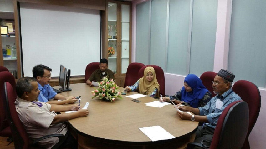 Ariffin, Khew, Mohd Nordin, Azahadi, Siti Salwa and Cik Munirah in a regularly scheduled meeting.