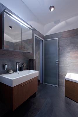 Amenajari interioare bai de bloc cu spa si cabina de dusi pe colt..modele de bai mici si mari.. Mobilier baie italia rezistent la apa consta in ,accesorii,etajera,dulap baie cu oglinda,si rafturi baie din fier forjat.