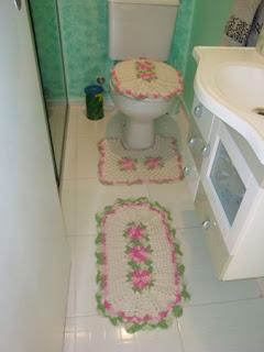 Tapetes de crochê verde e rosa para o banheiro