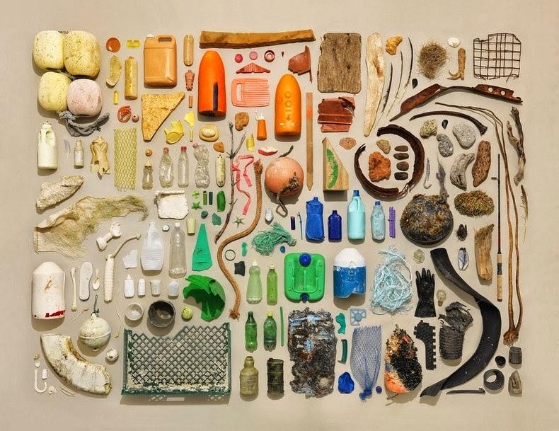 مجموعة من الأدوات المنزلية مرتبة ترتيبا دقيقا وتم تصويرها من أعلى